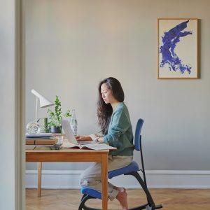Interior Gent, grote showroom met stoelen en bureau oplossingen