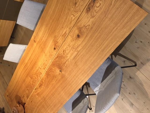 Nieuwe tafel in de showroom
